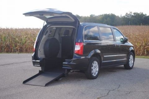 Pre-Owned 2016 Chrysler Town & Country Touring Wheelchair Kneelvan™