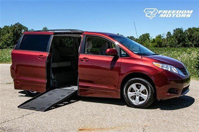 Pre-Owned 2014 Toyota Sienna LE Side-Entry Wheelchair Kneelvan™