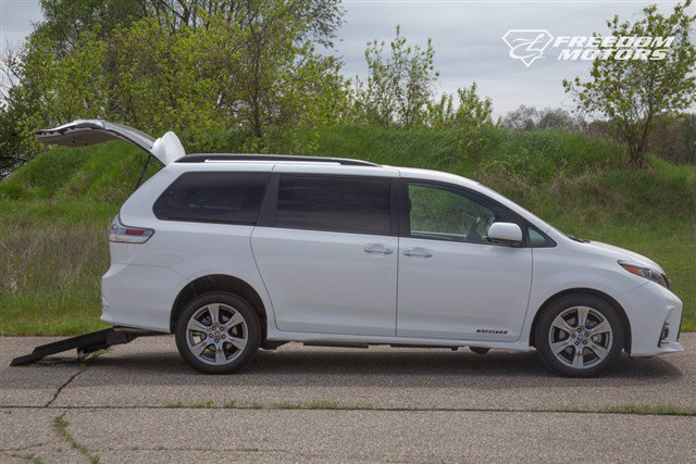 Pre-Owned 2019 Toyota Sienna SE